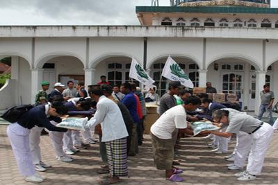 Relawan Tzu Chi yang berasal dari Lhokseumawe (Aceh) dan Medan (Sumatera Utara) memberikan bantuan kepada para korban gempa di Aceh (Kab. Aceh Tengah dan Kab. Bener Meriah) . Foto: tzuchi.or.id