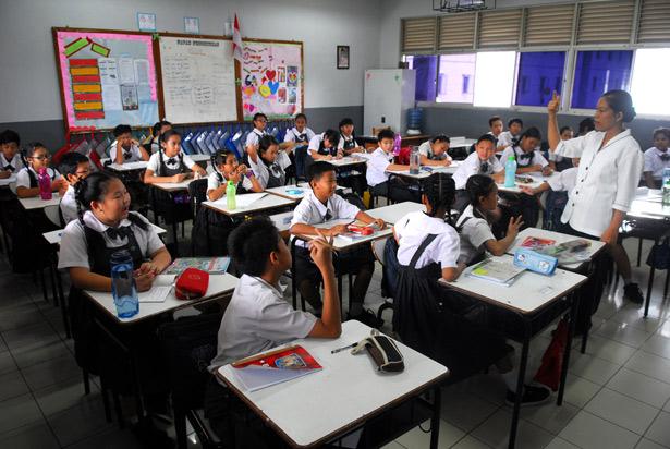Siswa dan siswi SD Cinta Kasih Tzu Chi Cengkareng mengikuti kegiatan pendalaman materi pelajaran. Selain untuk meningkatkan mutu belajar siswa, pendalaman materi juga sebagai sarana bimbingan belajar bagi siswa yang tidak mengikuti bimbingan belajar di luar sekolah.