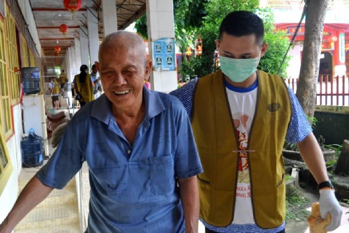 Membersihkan Lingkungan Panti Werdha di Singkawang Selatan