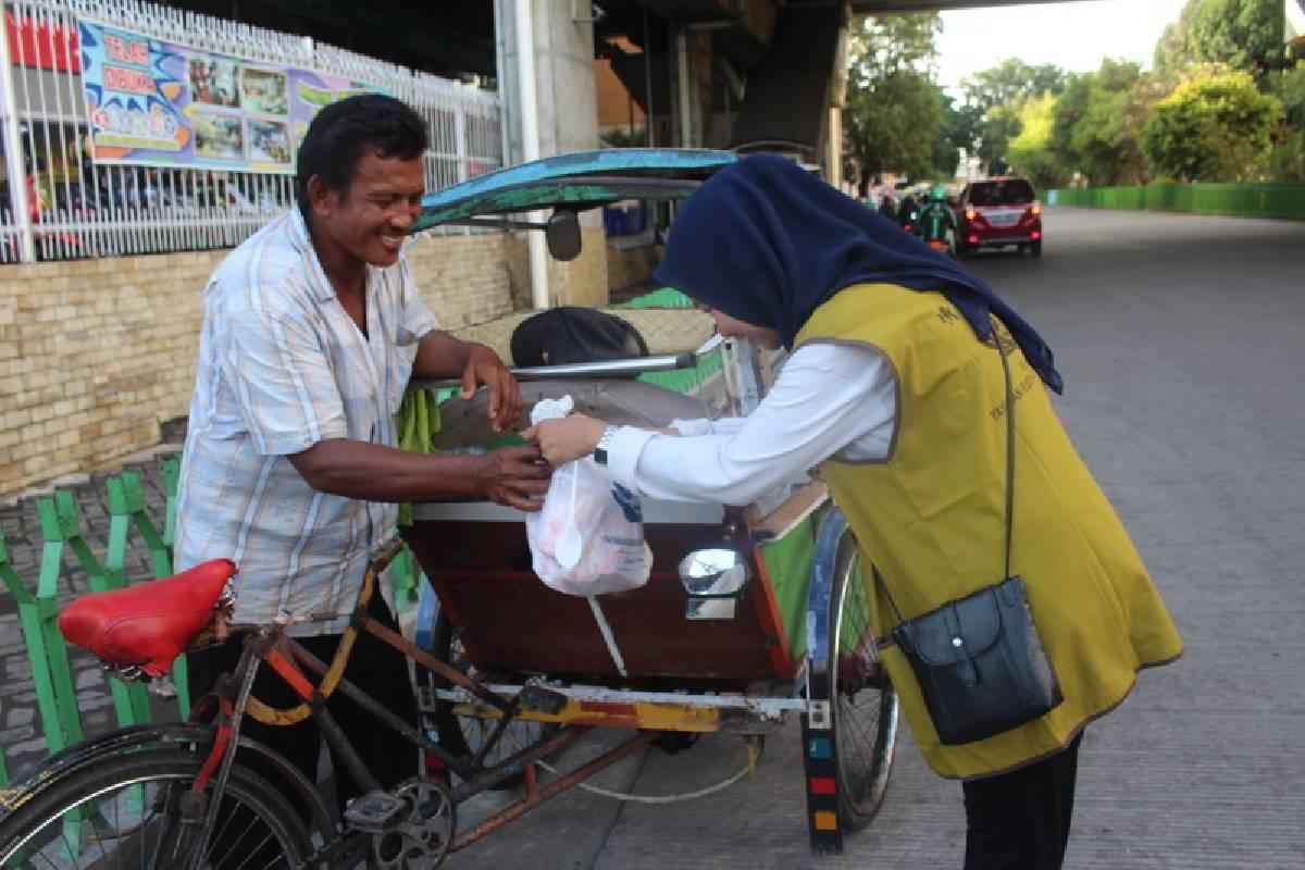Tzu Ching Makassar Bagikan Takjil, Ojek Online Pun Tersanjung