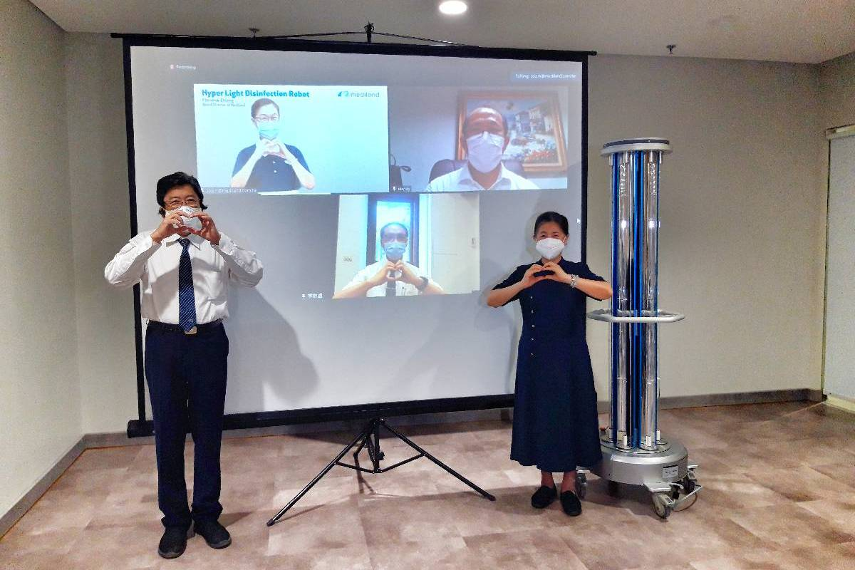 Tzu Chi Hospital Terima Donasi Hyperlight Disinfection Robot