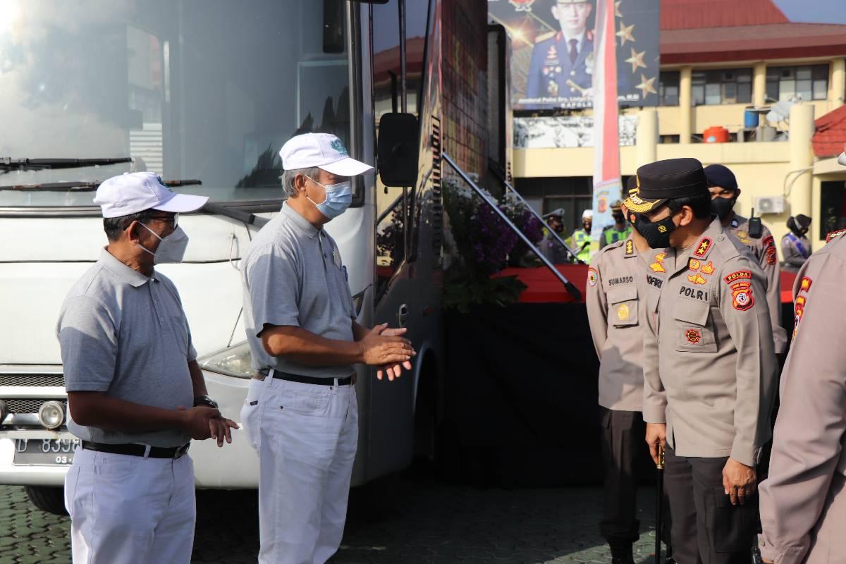 Tzu Chi Bandung Bersama Polda Jabar Bagikan 8.500 Paket Beras
