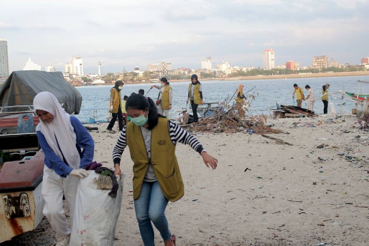 Tzu Ching Makassar Bersih-bersih Pantai, Contohkan Hidup Cinta Keindahan