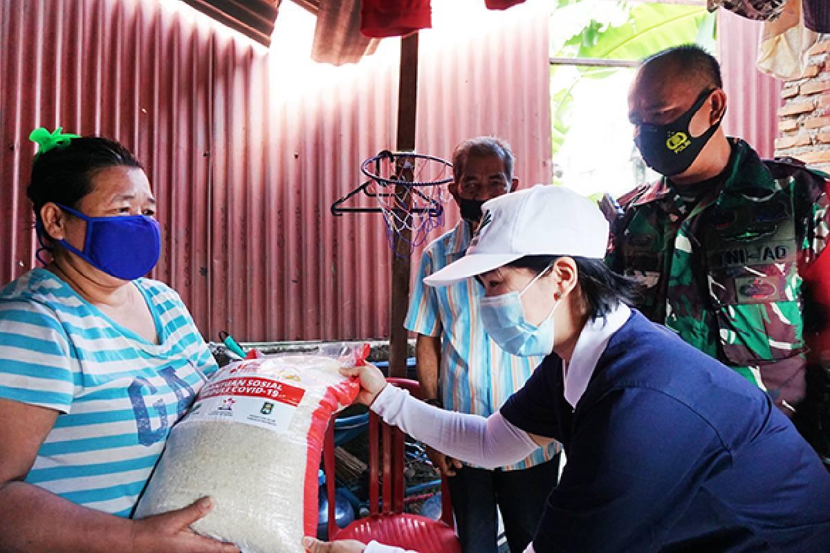 Kebahagiaan Warga Sungai Bambu Menerima Bantuan Sosial Peduli Covid-19