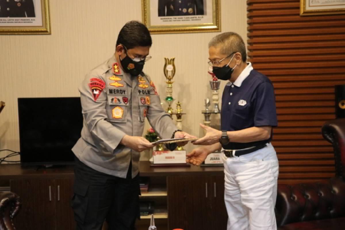 Seratus Ribu Buah Masker dan 4.000 Dus Obat Lianhua untuk Polda Sulawesi Selatan