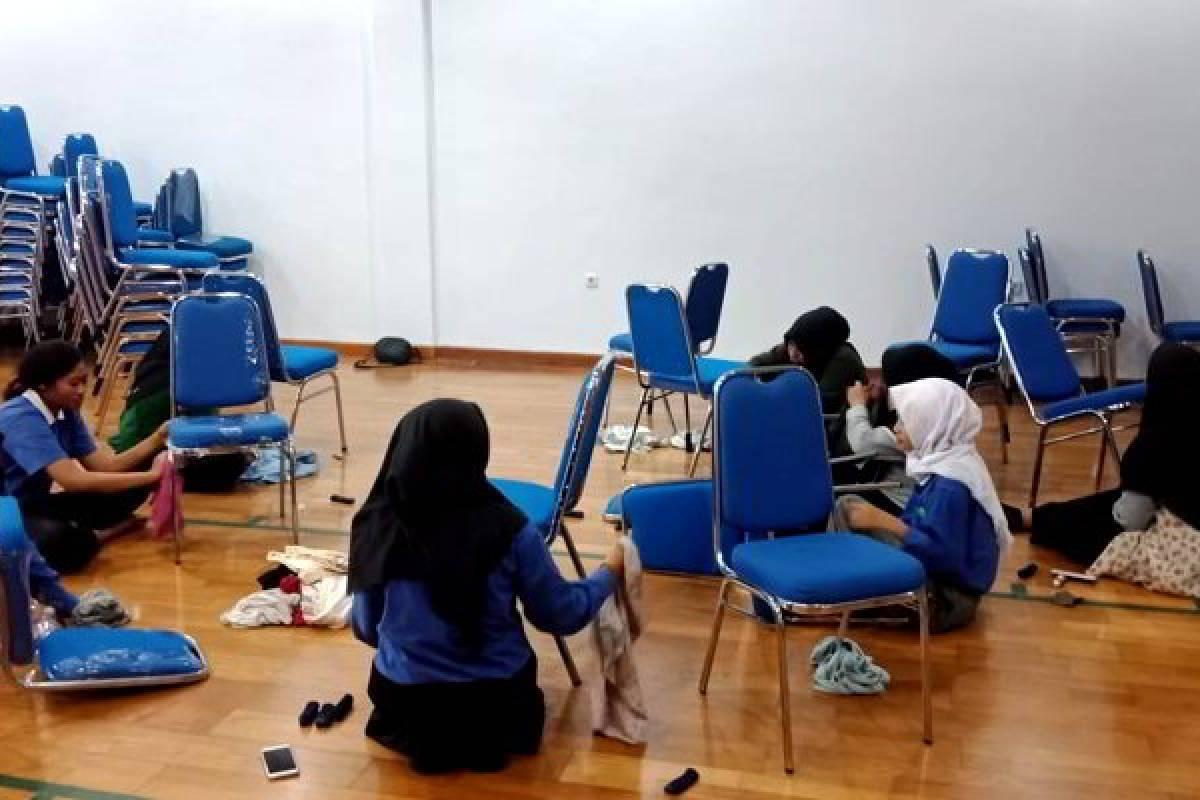 Dimulai Dari Diri Sendiri, Relawan Tzu Chi Makassar Bersih-bersih Kantor