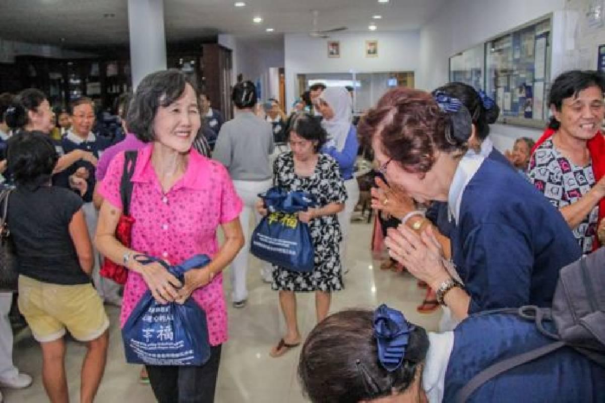 Menyambut Imlek, Tzu Chi Makassar Berbagi Bingkisan