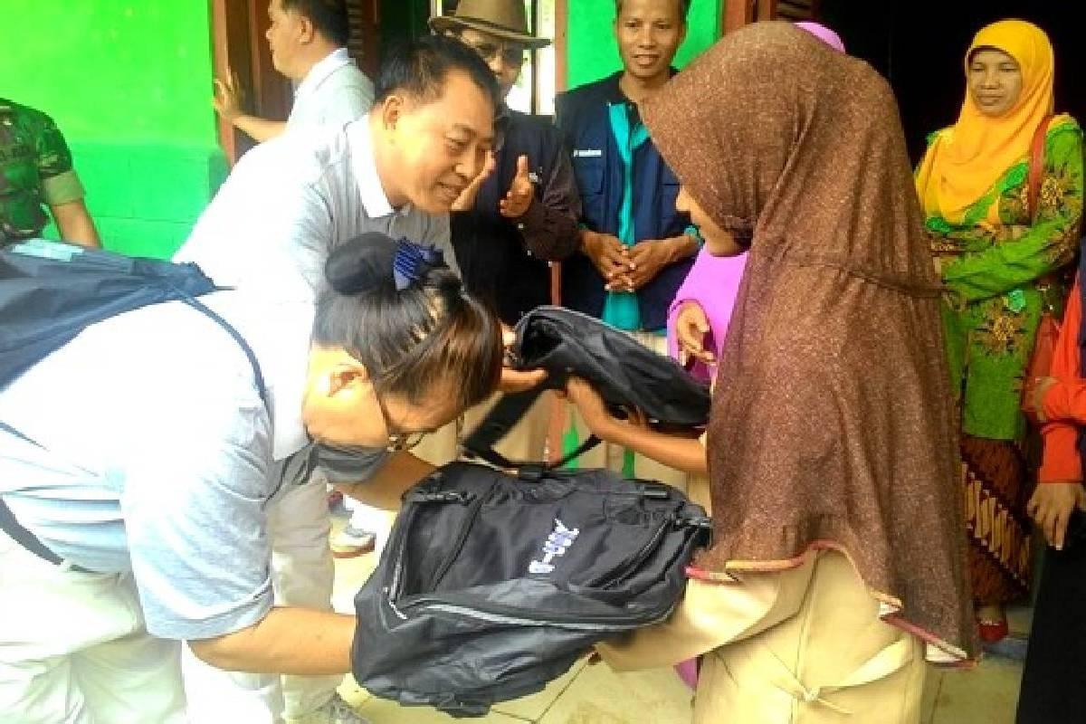 Tzu Chi Padang Bagikan Peralatan Sekolah untuk Siswa Korban Banjir