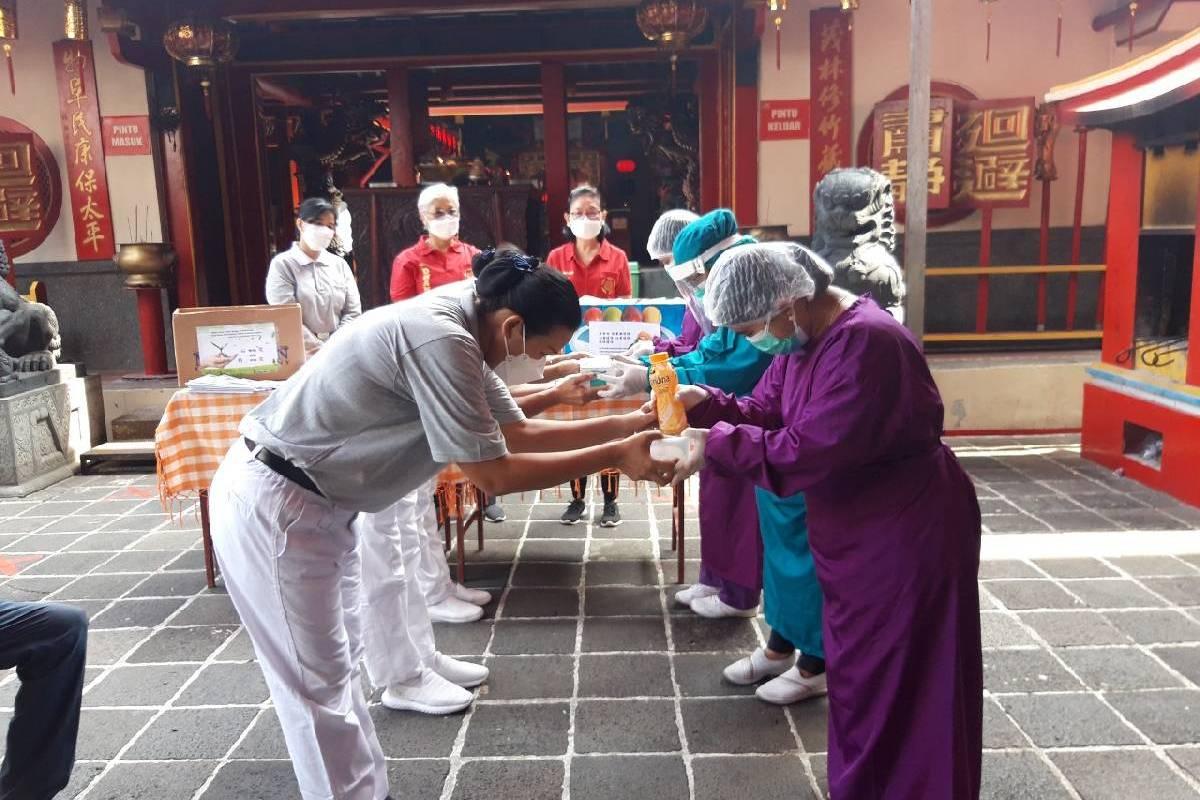 Relawan Tzu Chi di Bogor Salurkan Nasi Kotak Vegetaris untuk Nakes