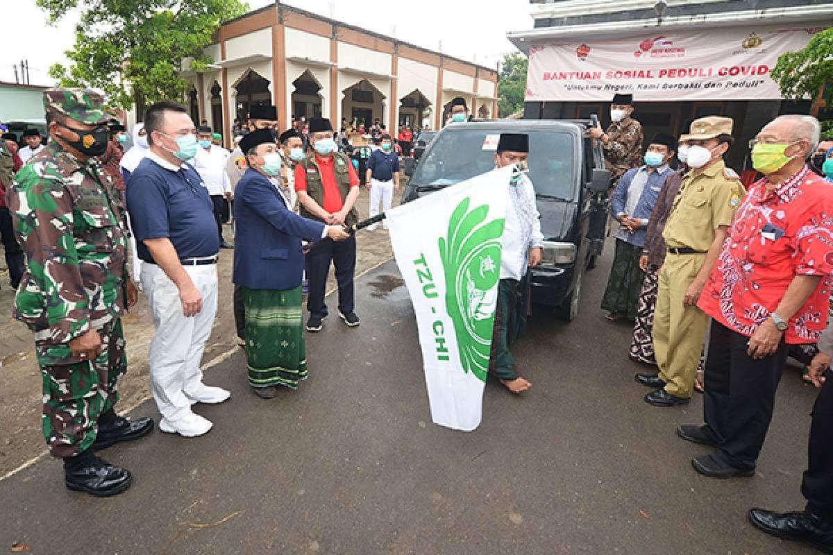 Bantuan Beras dan Masker Medis di Kempek, Cirebon