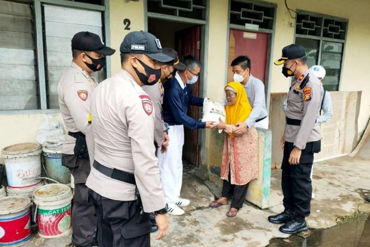 Polda Riau Salurkan 120 Ton Beras Dari Tzu Chi