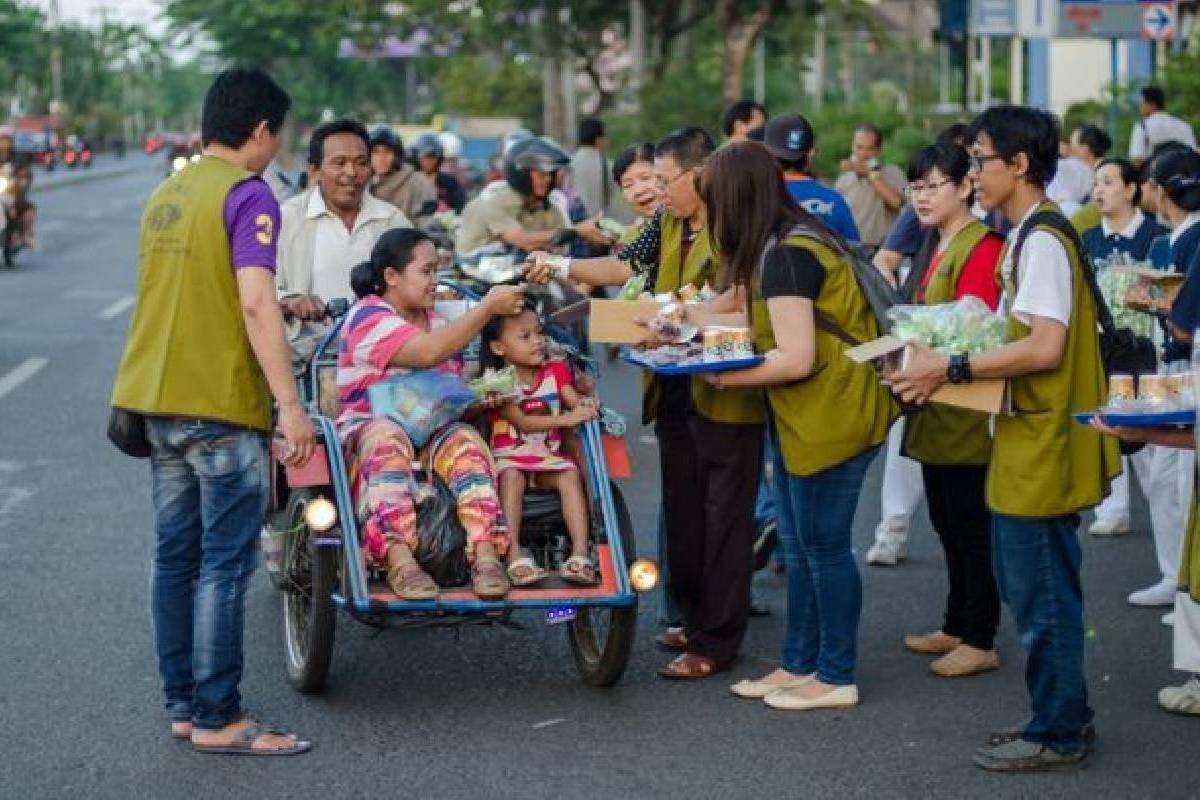 Tzu Chi Bagi-bagi Takjil untuk Warga Surabaya