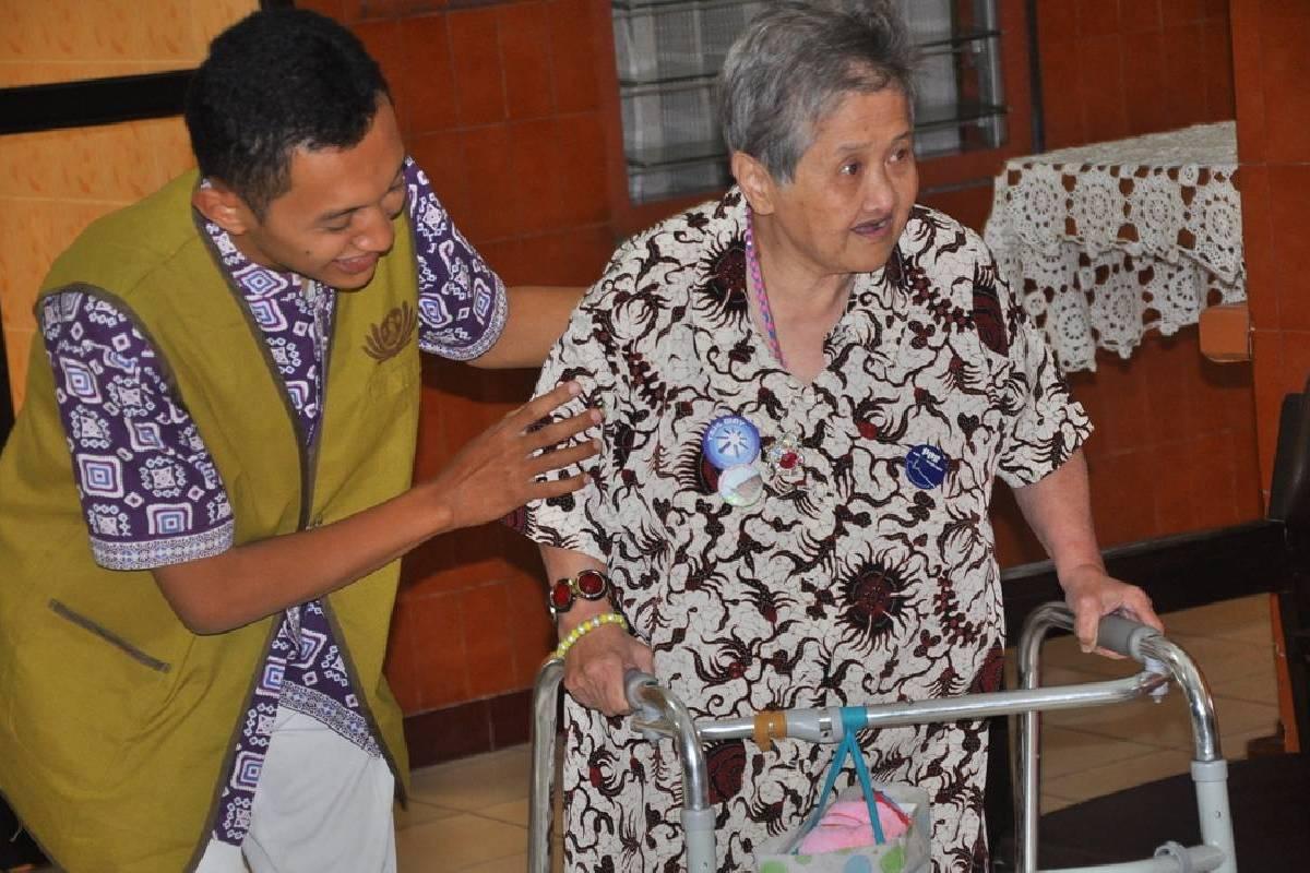 Kebersamaan untuk Melayani Opa dan Oma
