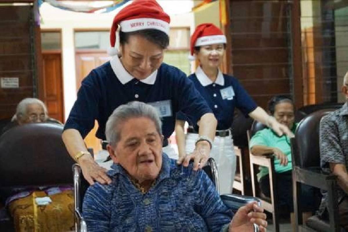 Berbagi Kebahagian Natal di Panti Wreda