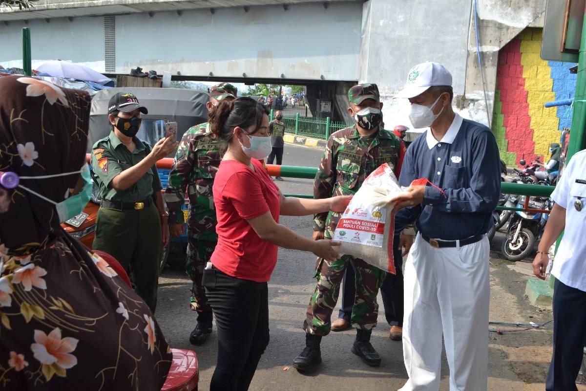 Relawan Tzu Chi Terus Menyalurkan Beras di Masa PPKM Darurat