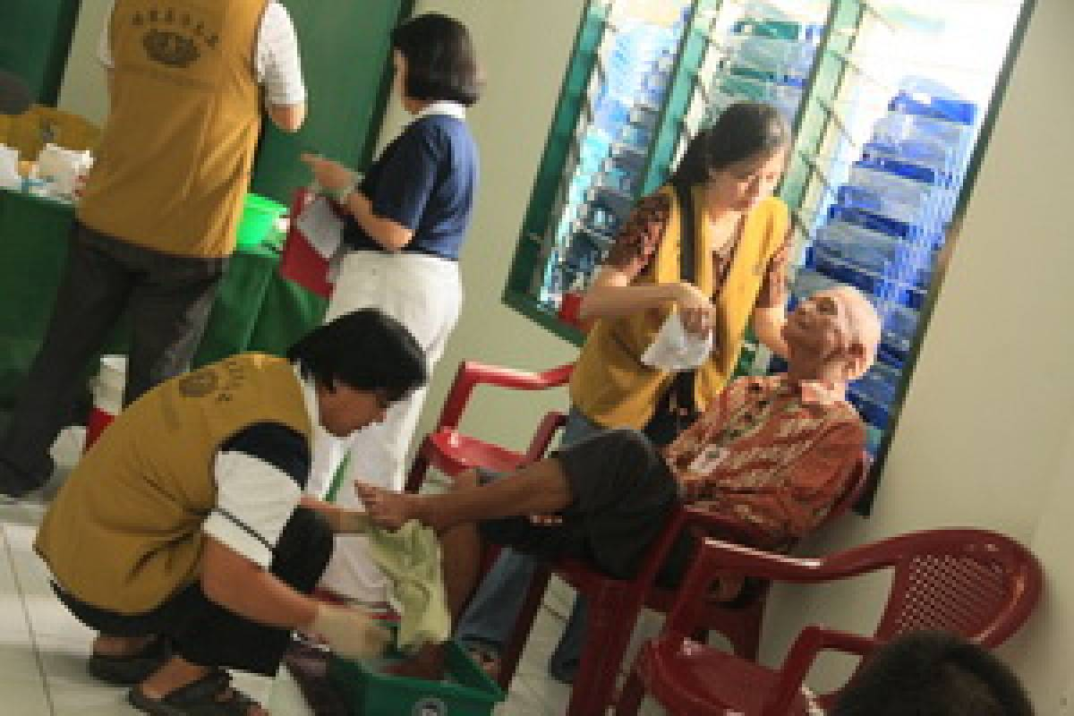 "Baksos Palembang:  ""Mencuci Kaki Mama"""